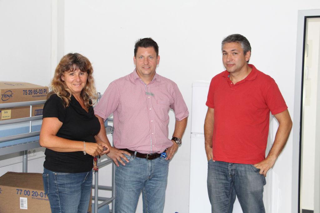 Michael Nowotny ( rechts) zu Besuch im Asylunterkunft in Karlsbad